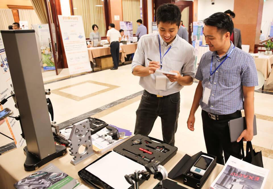 Các kỹ sư của Tecostore tại không gian triển lãm trưng bày sản phẩm