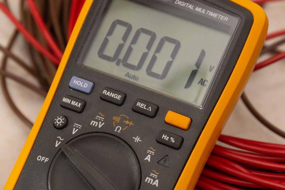 Để đọc kết quả, chạm đầu nhọn bằng kim loại trần của dây dẫn đến các đầu nối, giá trị đo hiển thị trên đồng hồ qua kim chỉ số hoặc màn hình