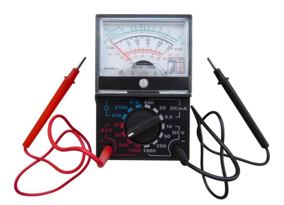 Đồng hồ vạn năng kim có một micrô ampe kế và một cây kim di chuyển trên thang chia độ.