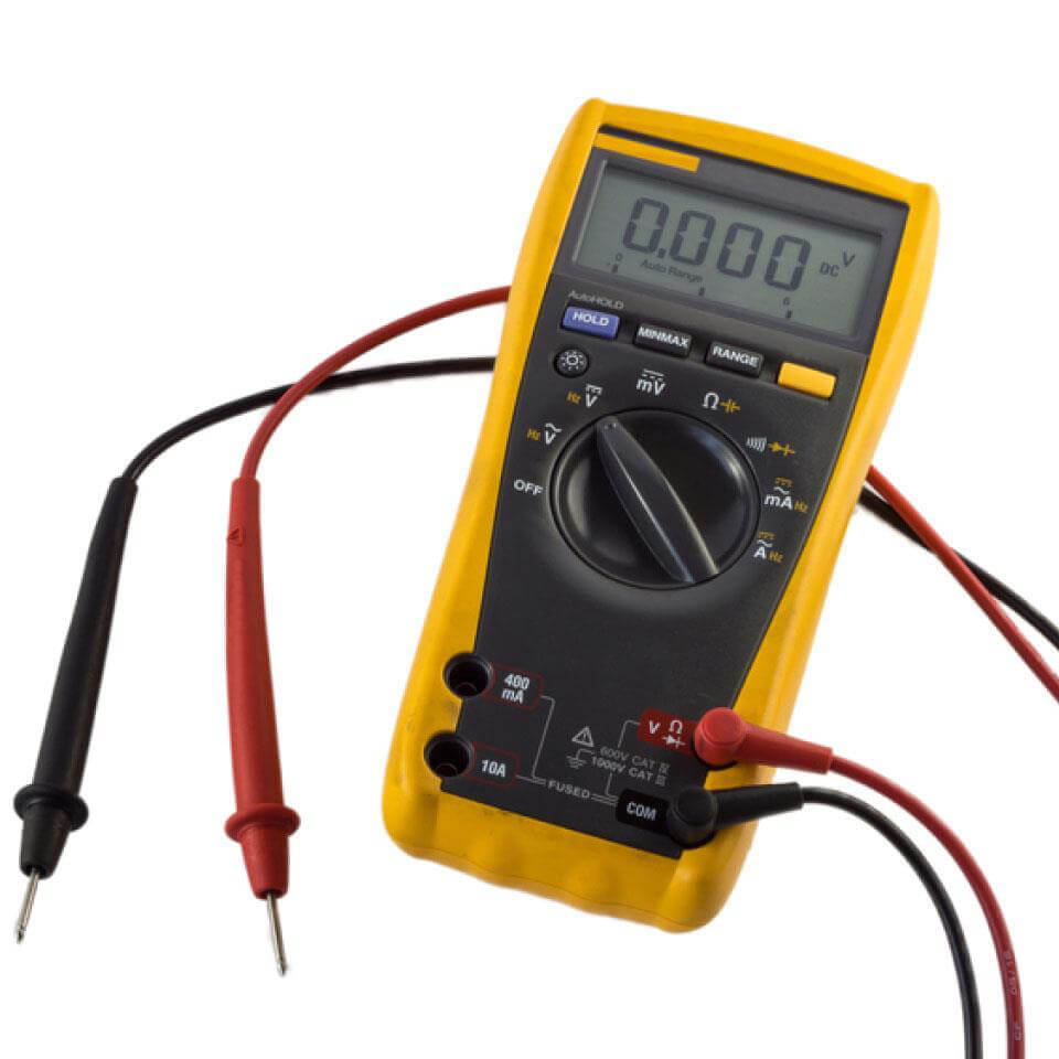 Đồng hồ vạn năng điện tử thường tốt hơn so với đồng hồ vạn năng chỉ thị kim khi dùng đo điện áp, do điện trở cao.