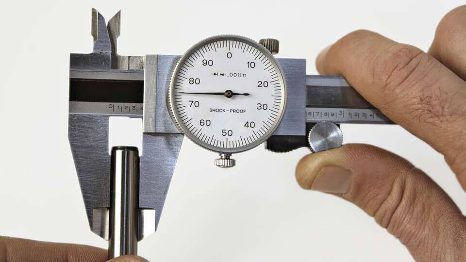 Sử dụng thước kẹp đồng hồ để kiểm tra kích thước