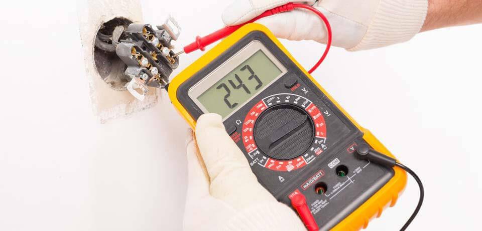 Sử dụng đồng hồ vạn năng điện tử để đo điện áp